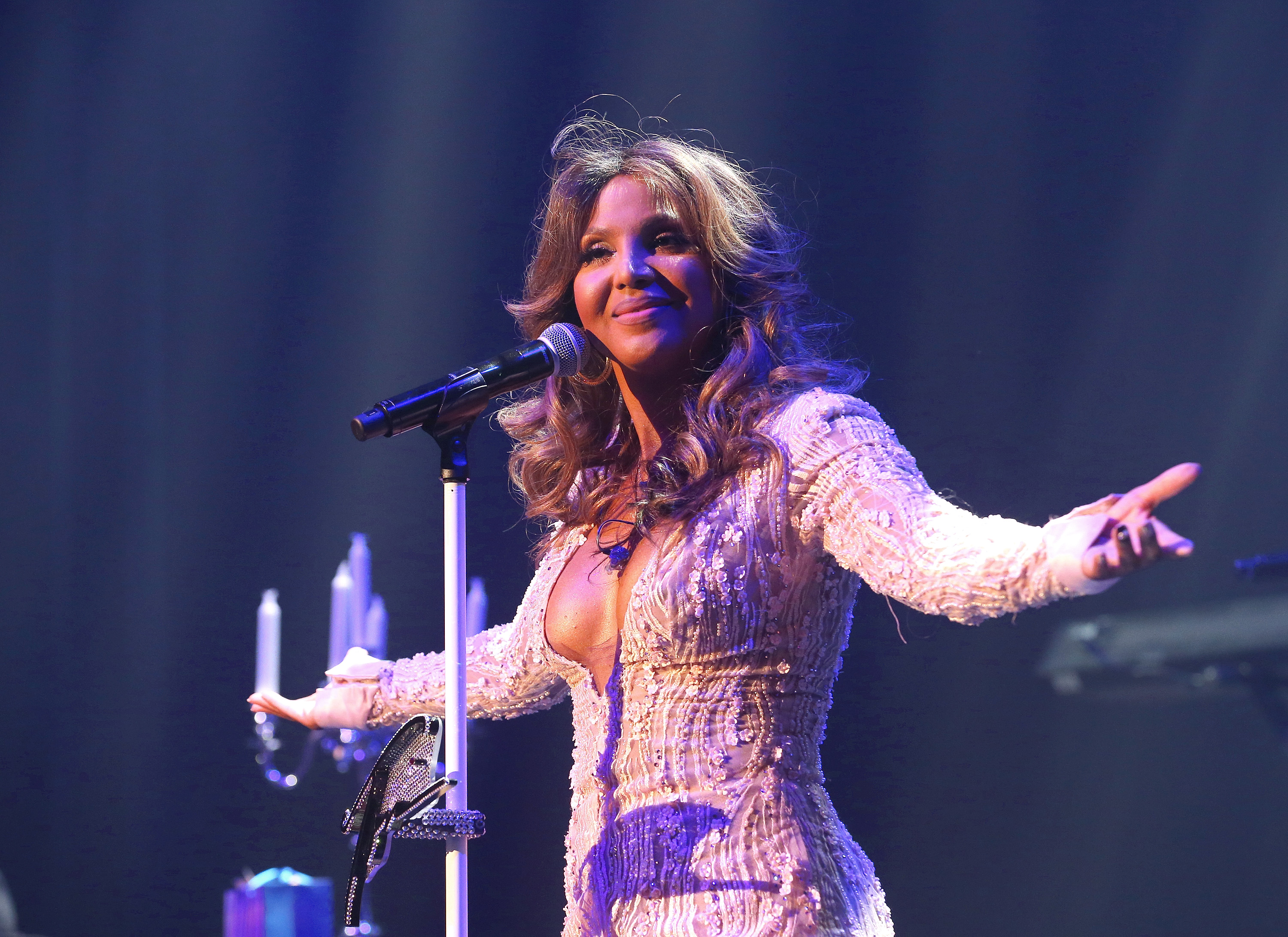 Toni Braxton Pays Homage To Biggie & Lil Kim At GRAMMYPark Brooklyn